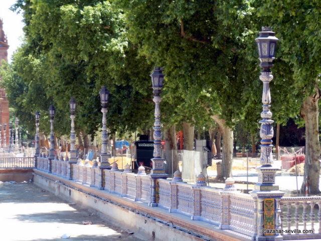 http://azahar-sevilla.com/blog/wp-content/uploads/2010/08/plaza-espana-lamps.jpg