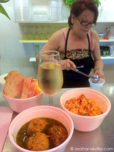 cocinera feliz pepi serving up food
